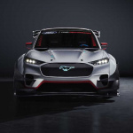 市販化も視野!? フォード「マスタング・マッハE 1400」世界初公開! 圧倒的な性能を誇るハードコアEVレーサー - ford-mustang-mach-e-1400-front-close