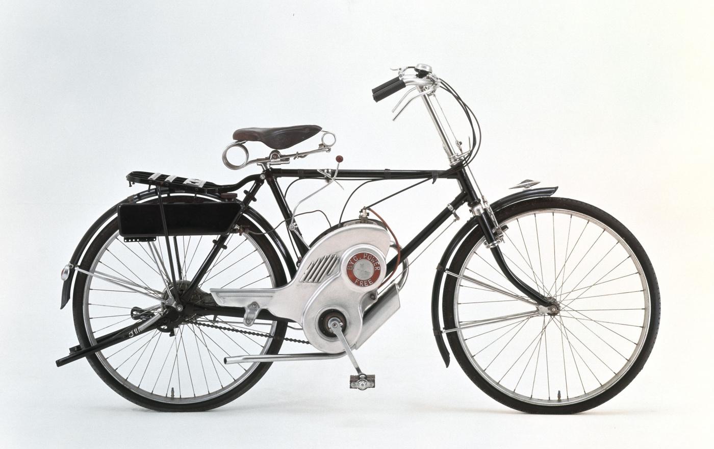 「戦後の危機を救ったのはライバル豊田だった!4輪への思いを秘めながら自転車にエンジン搭載した2輪から再スタート【スズキ100年史・第3回・第1章 その3】」の1枚目の画像