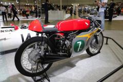 ホンダ60年代の伝説的F1マシンと2輪レーサーが現行Rと共演