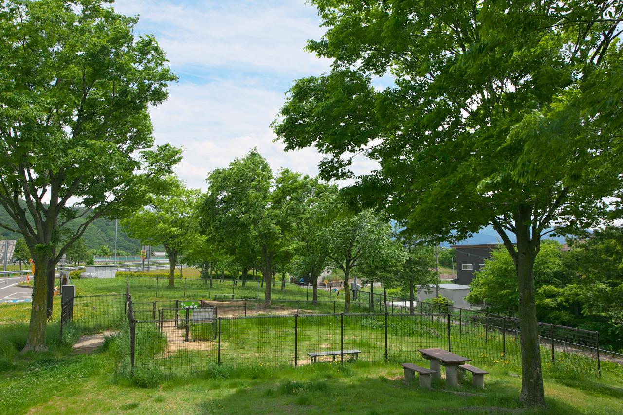 「長野自動車道・梓川SA(下り)はのどかな風景の中に設置された自然溢れる施設【高速道路SA・PAドッグラン探訪】」の4枚目の画像