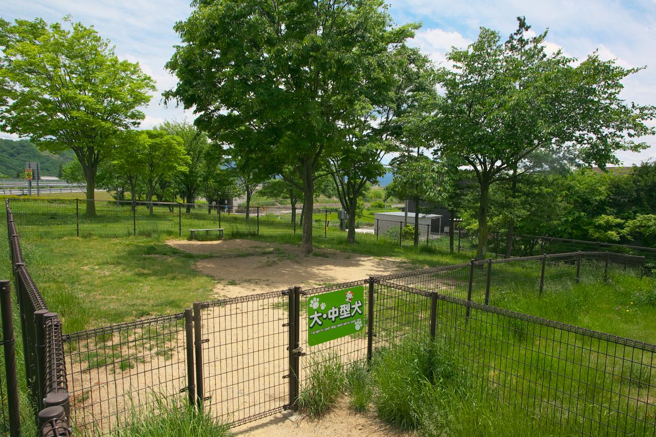 「長野自動車道・梓川SA(下り)はのどかな風景の中に設置された自然溢れる施設【高速道路SA・PAドッグラン探訪】」の9枚目の画像