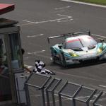 SUPER GT第2戦富士で優勝チェッカーを受けるシンティアム・アップル・ロータス