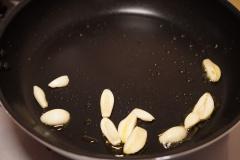 にんにくをオリーブオイルで炒めます。