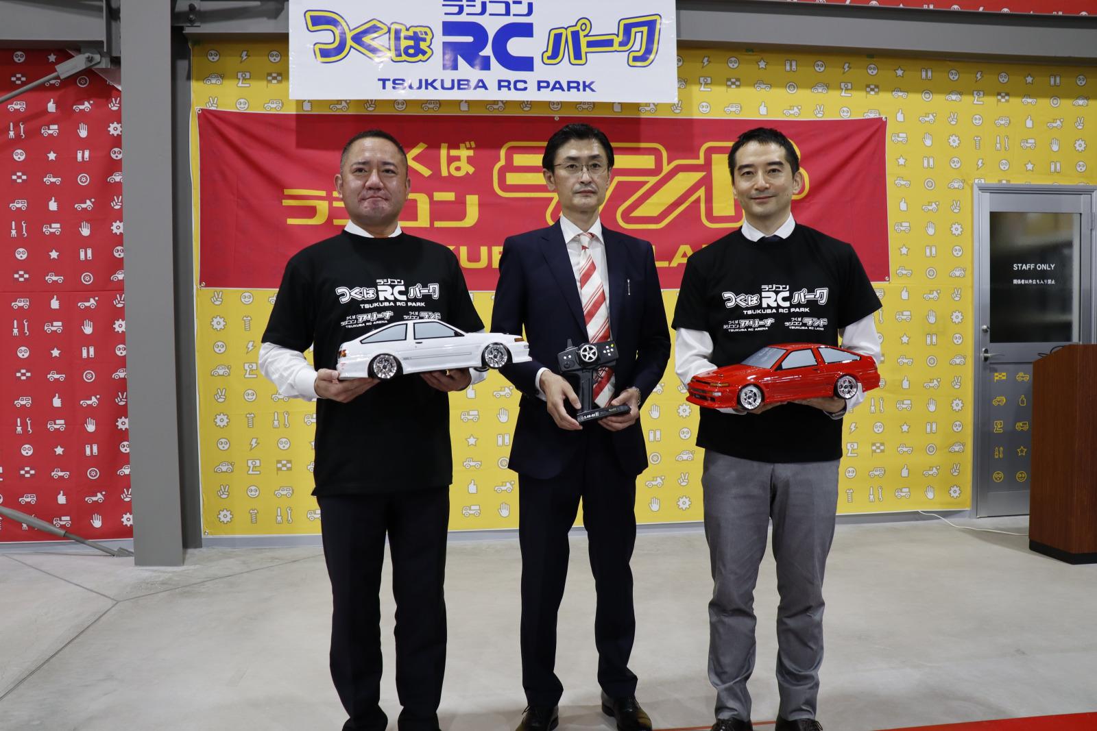左から神谷大蔵つくば市議会議長、鈴木茂樹ヨコモ代表取締役社長、五十嵐立青つくば市長。