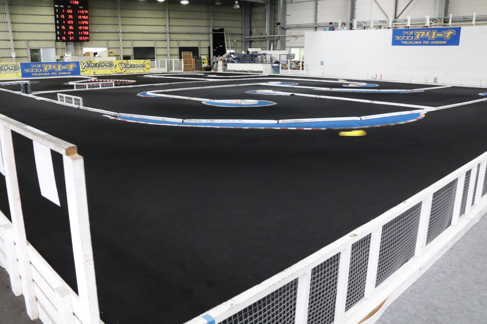 目に見えないほど速いラジコンが走るアリーナのオンロードコース。