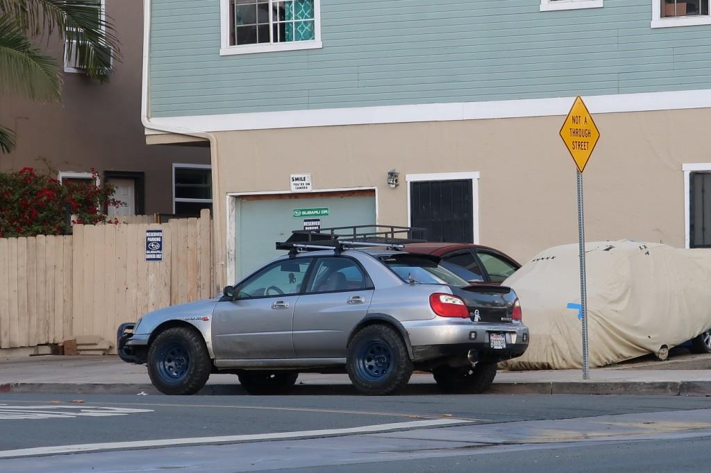 「車高も気分もアゲアゲ。カリフォルニアで見かけた珍しいSUBARU車カスタム・2選」の1枚目の画像