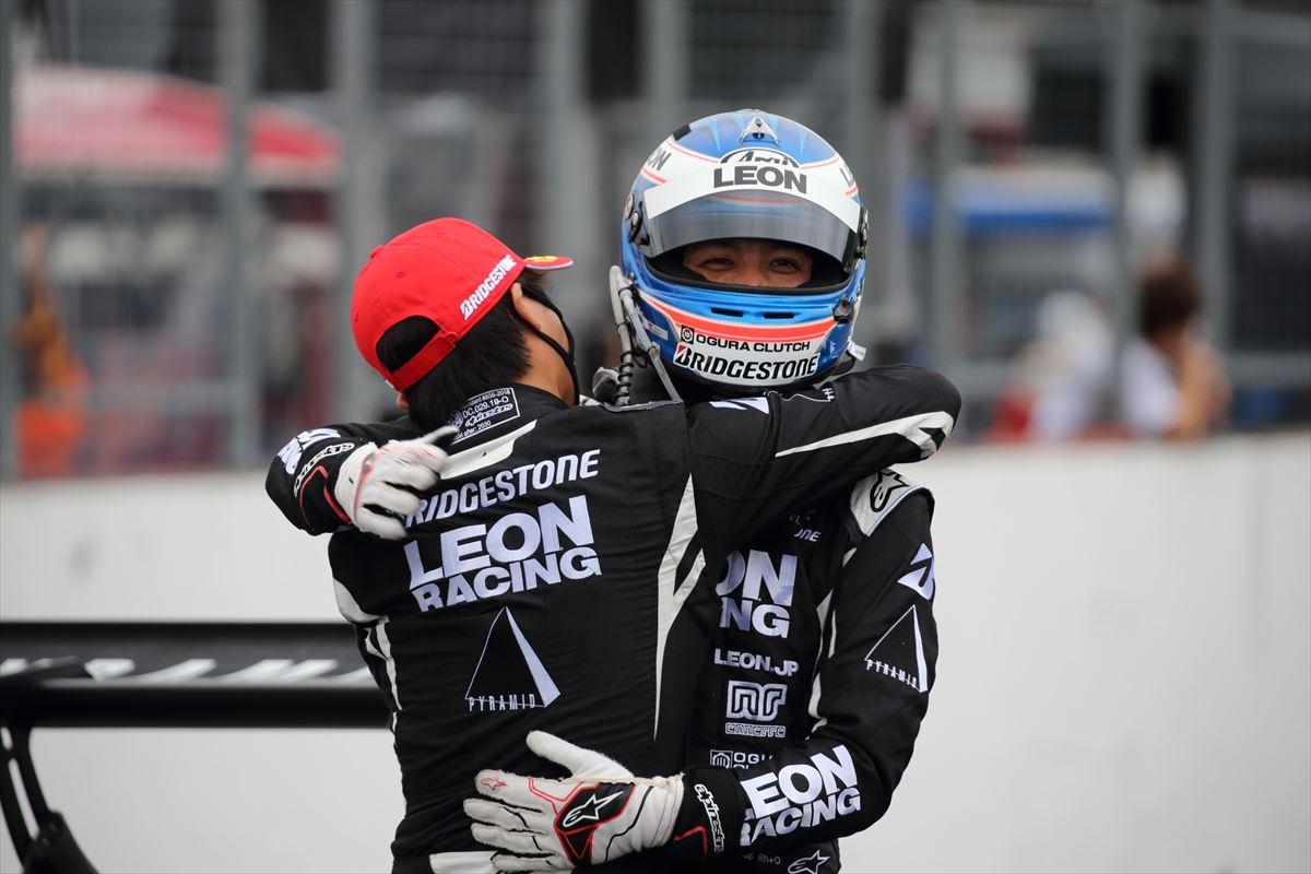 優勝を歓びあうLEON PYRAMID AMGのドライバー