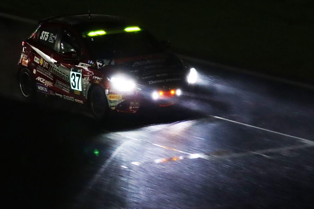 大雨の中を走るDXLワコーズNOPROデミオSKY-D