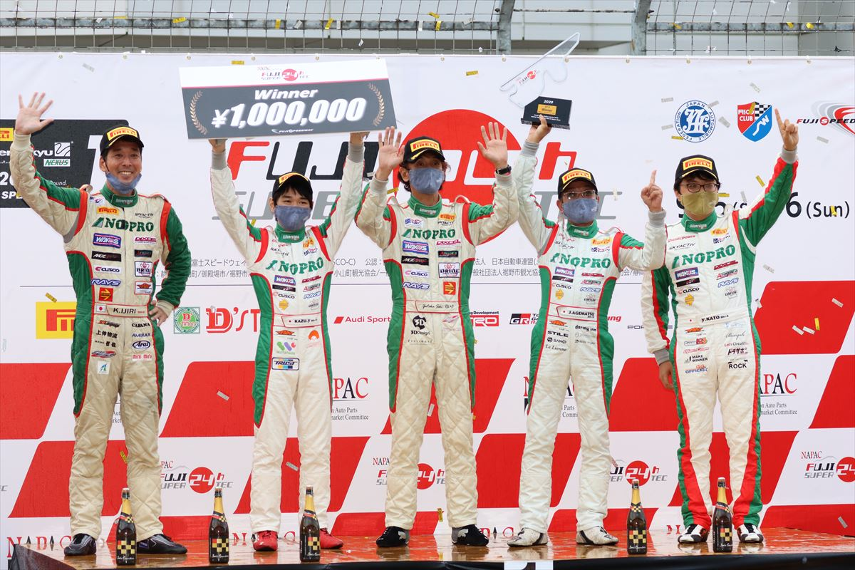 表彰台で優勝を喜ぶTEAM NOPROのドライバー