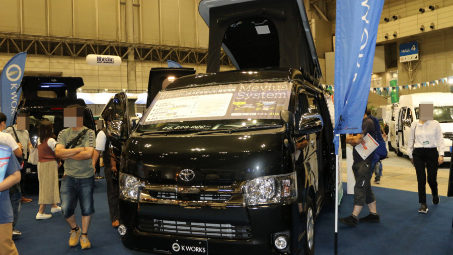 ソーラーパネルで家庭用エアコンが夜間も使えるキャンピングカー