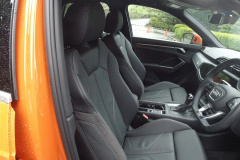 Q3運転席