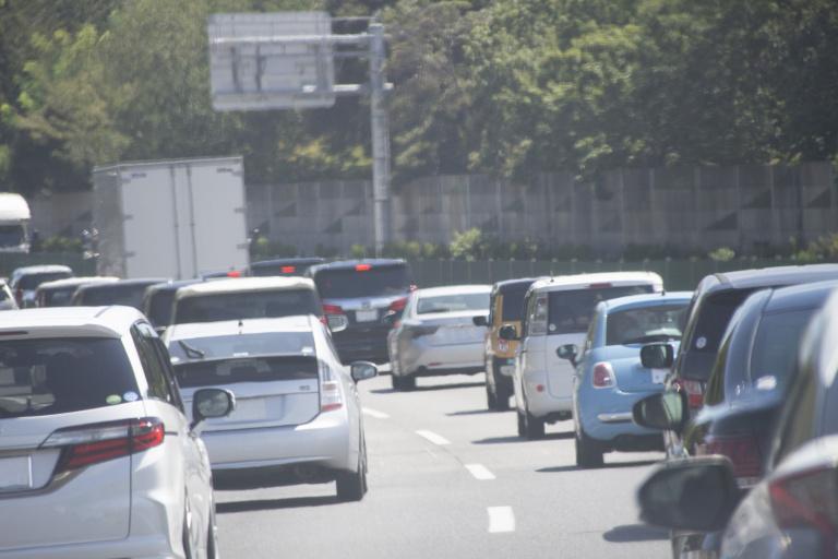 高速の渋滞では追い越し車線と走行車線のどっちが速い?