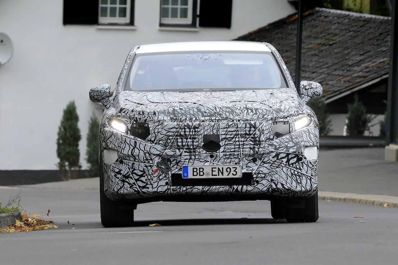 「メルセデス・ベンツ最大のEVクロスオーバー「EQS SUV」発売へ! 開発車両をキャッチ」の1枚目の画像