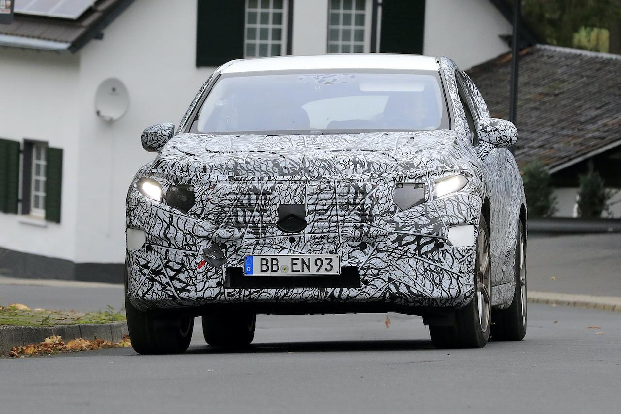 「メルセデス・ベンツ最大のEVクロスオーバー「EQS SUV」発売へ! 開発車両をキャッチ」の2枚目の画像