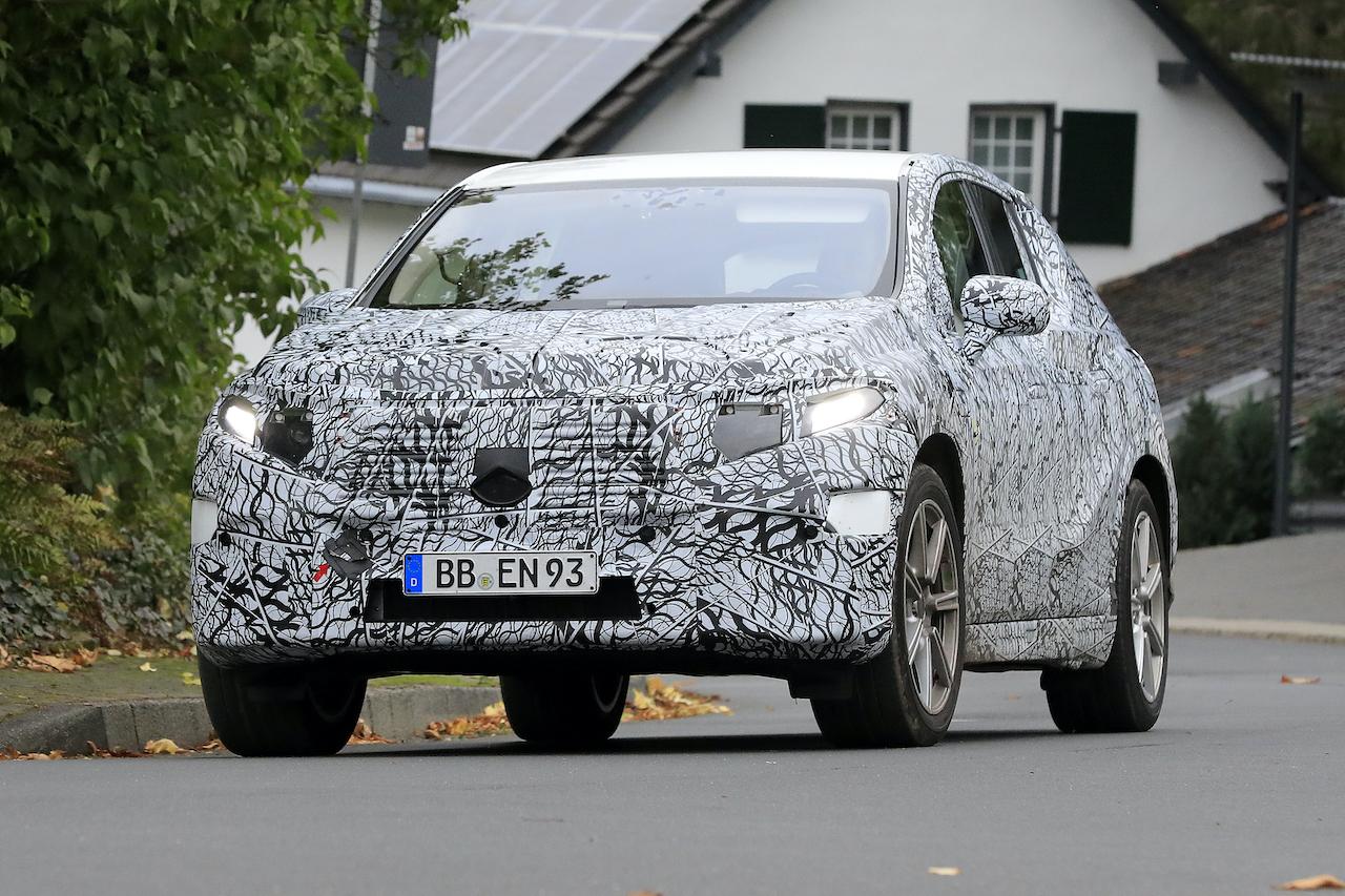 「メルセデス・ベンツ最大のEVクロスオーバー「EQS SUV」発売へ! 開発車両をキャッチ」の3枚目の画像