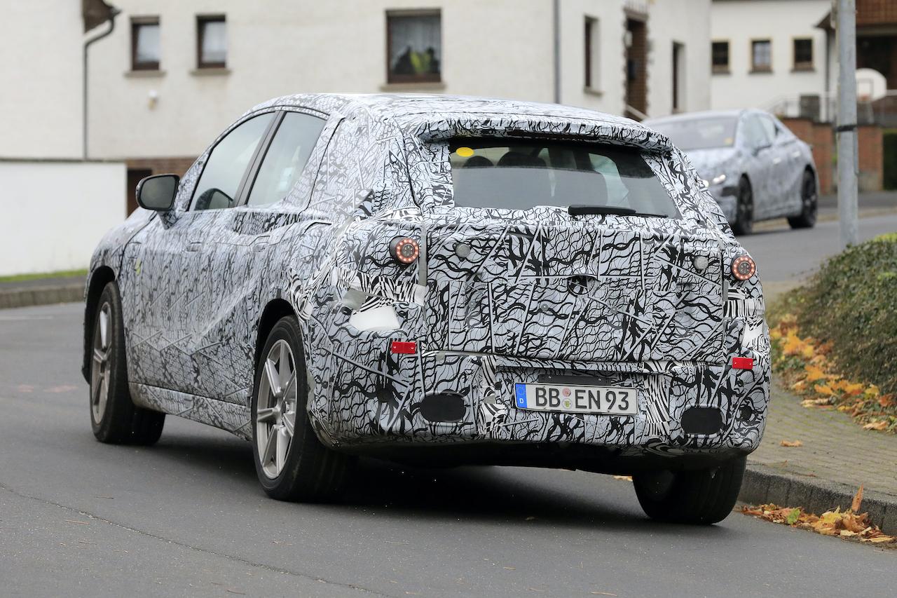 「メルセデス・ベンツ最大のEVクロスオーバー「EQS SUV」発売へ! 開発車両をキャッチ」の10枚目の画像