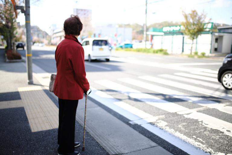 横断歩道は歩行者優先を無視すると大事故や罰則に