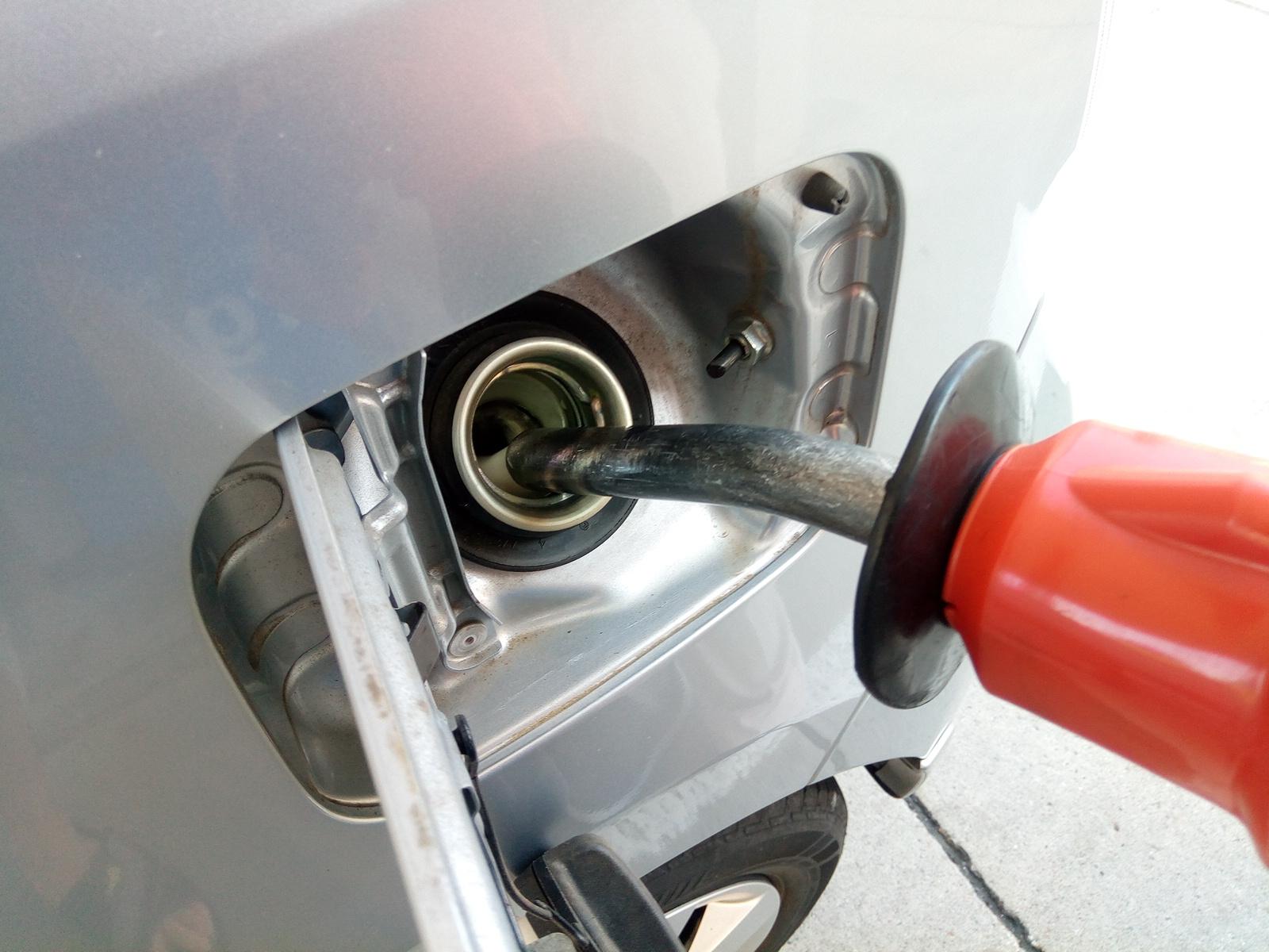 「実はとっても危険!セルフスタンドで自動停止後の「継ぎ足し給油」がダメな理由とは?」の1枚目の画像