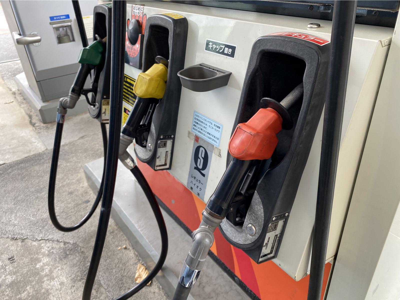 実はとっても危険!セルフスタンドで自動停止後の「継ぎ足し給油」がダメな理由とは?
