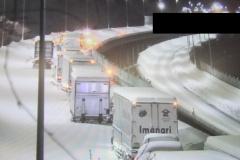 大雪に埋もれる大型車の車列(提供=東日本高速)