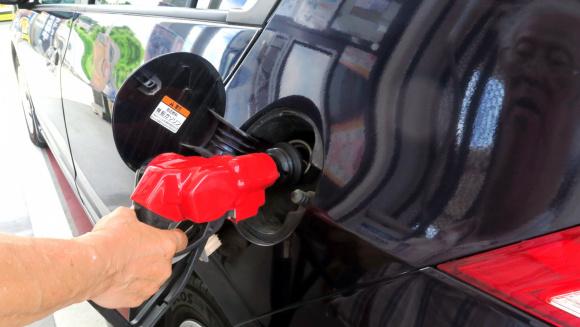 ガソリンは満タン給油が75.1%で残量1/4以下で入れる人50.9%