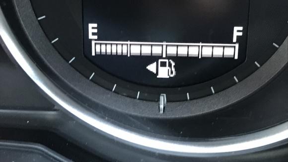 ガソリンスタンドで慌てずに給油口の位置を瞬時に知る方法
