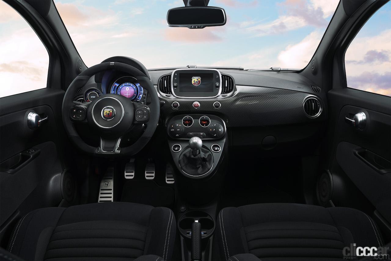「最もレーシーな限定車「アバルト595 モメント」が412万円・80台限定で登場!」の3枚目の画像