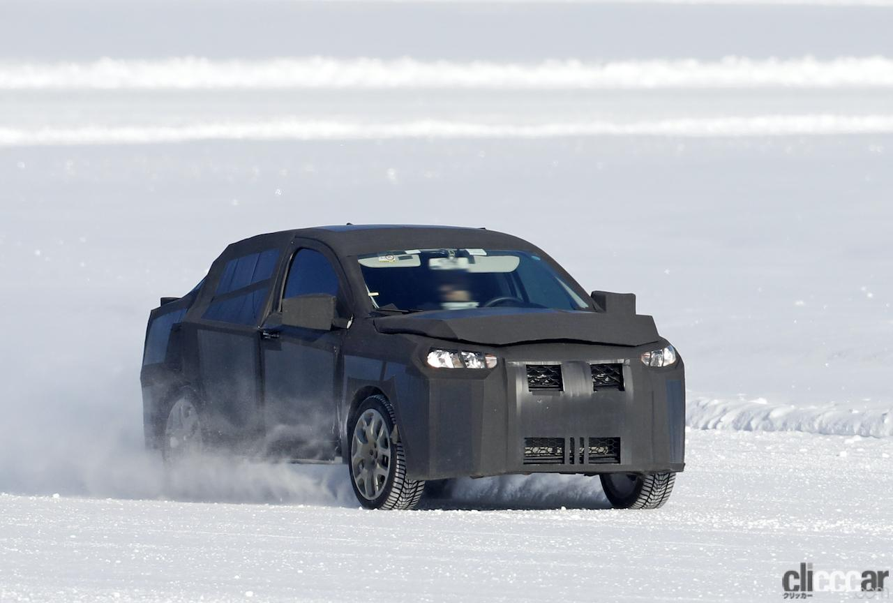 「SUVの次はハイライディング・セダンが来る!? 謎のフィアット開発車両をキャッチ」の1枚目の画像