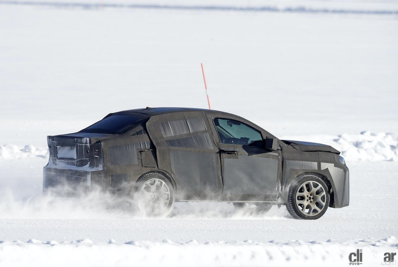 「SUVの次はハイライディング・セダンが来る!? 謎のフィアット開発車両をキャッチ」の8枚目の画像