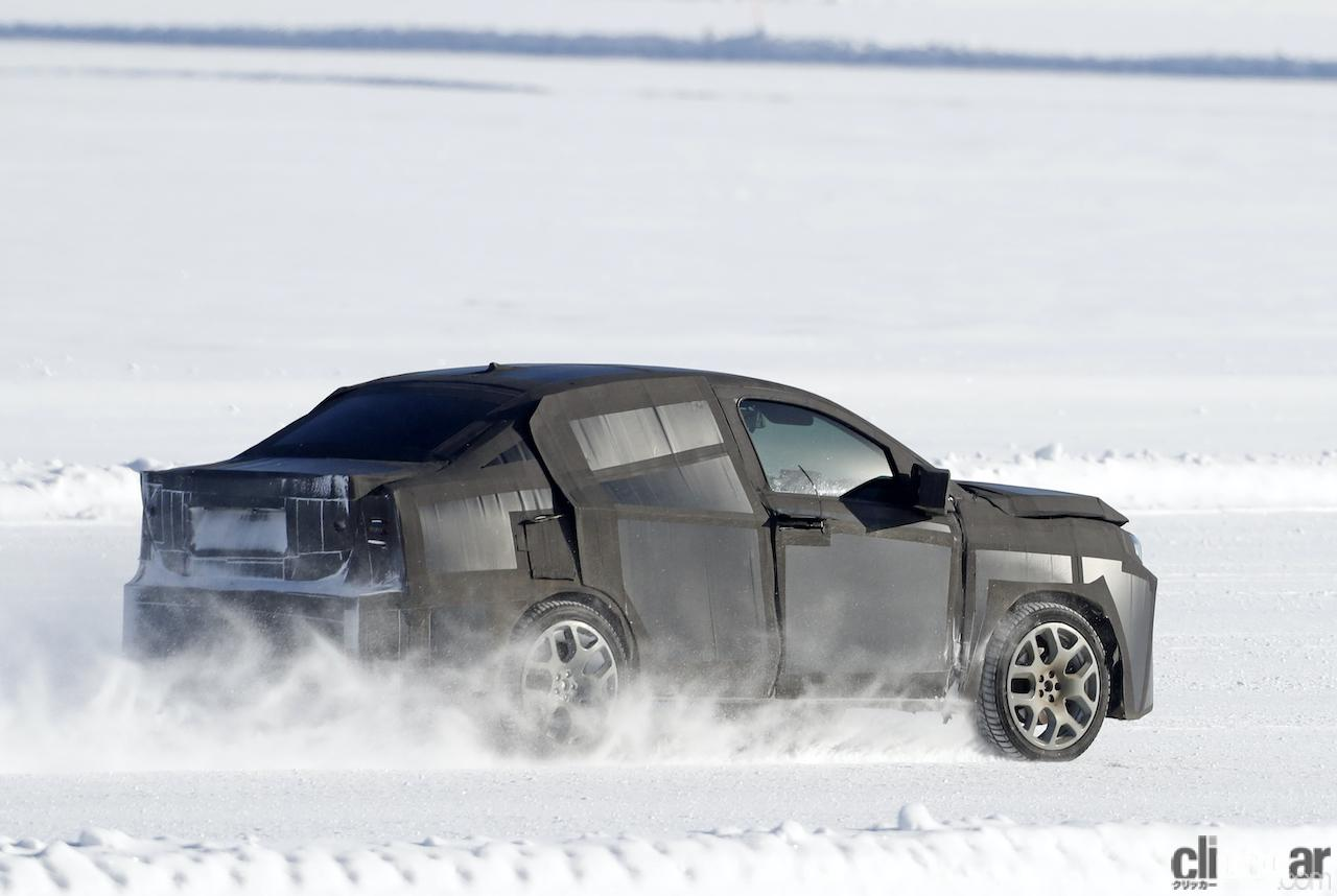 「SUVの次はハイライディング・セダンが来る!? 謎のフィアット開発車両をキャッチ」の9枚目の画像