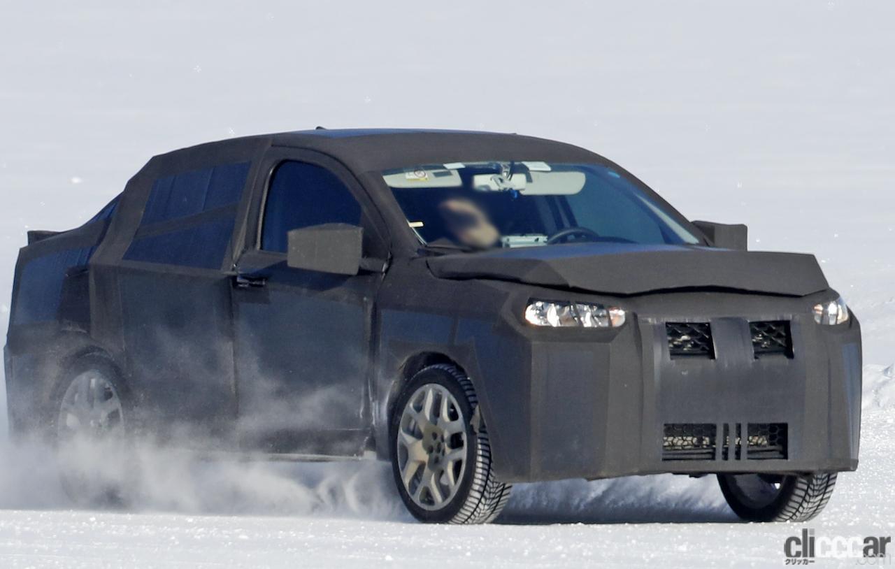 「SUVの次はハイライディング・セダンが来る!? 謎のフィアット開発車両をキャッチ」の2枚目の画像
