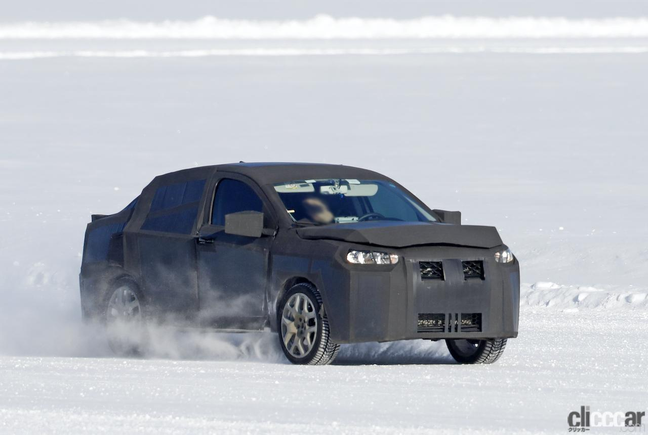 「SUVの次はハイライディング・セダンが来る!? 謎のフィアット開発車両をキャッチ」の3枚目の画像