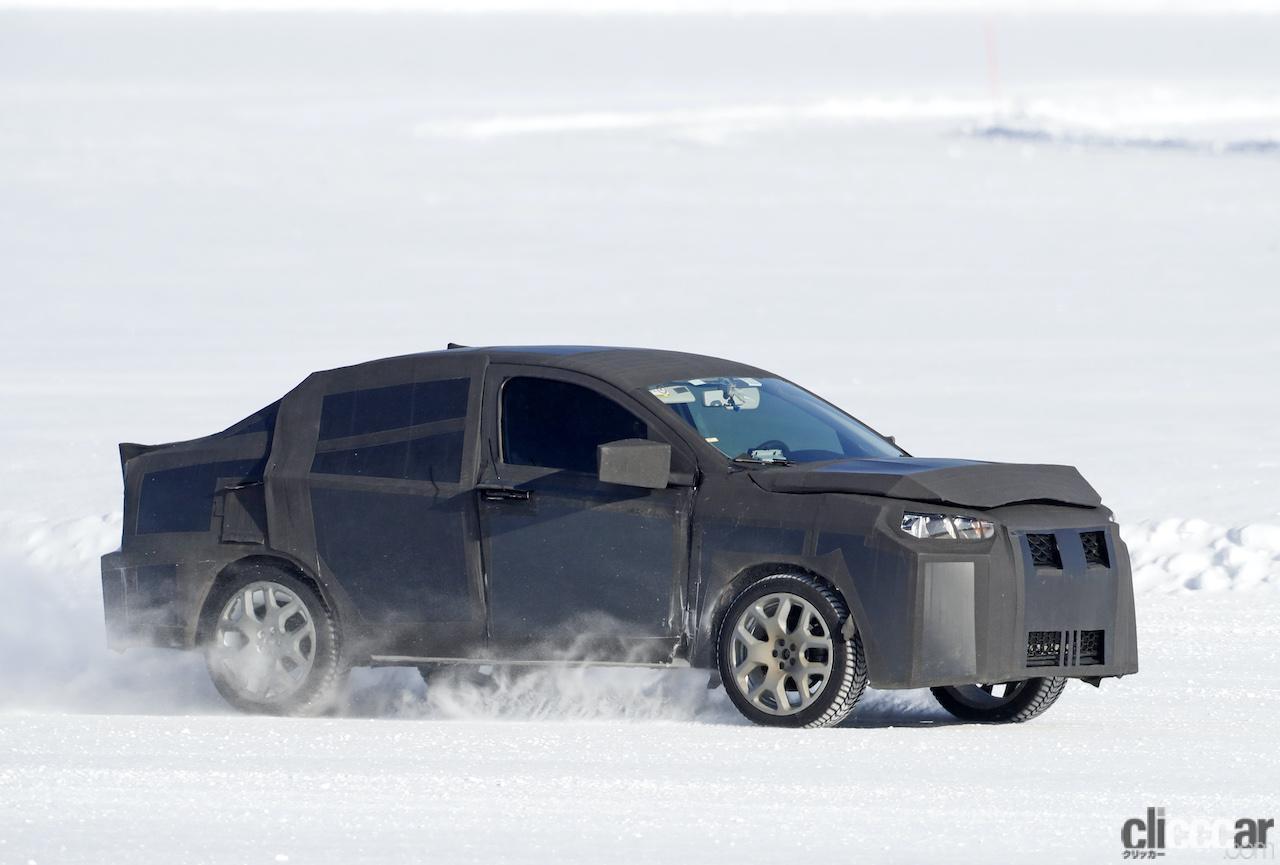 「SUVの次はハイライディング・セダンが来る!? 謎のフィアット開発車両をキャッチ」の5枚目の画像