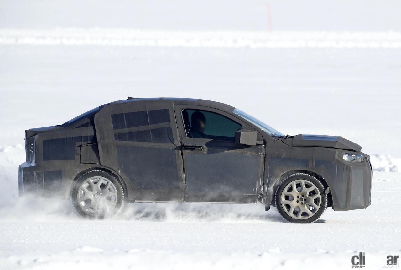 「SUVの次はハイライディング・セダンが来る!? 謎のフィアット開発車両をキャッチ」の7枚目の画像