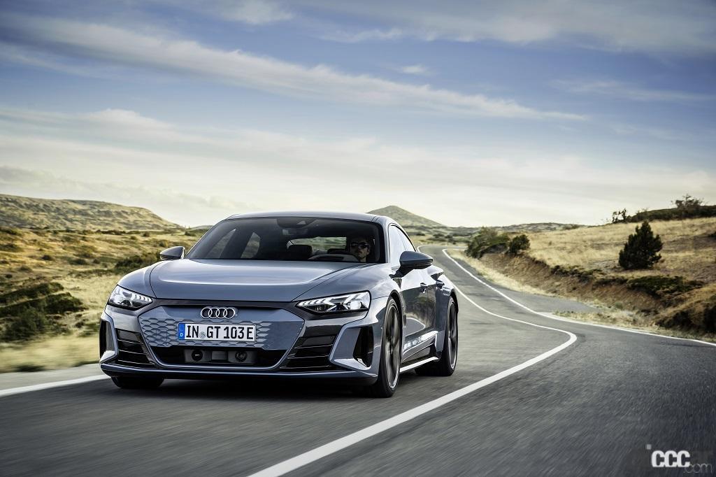 「アウディのEVらしい先進的でクールなエクステリアが際立つ「Audi e-tron GT」が日本初公開」の1枚目の画像