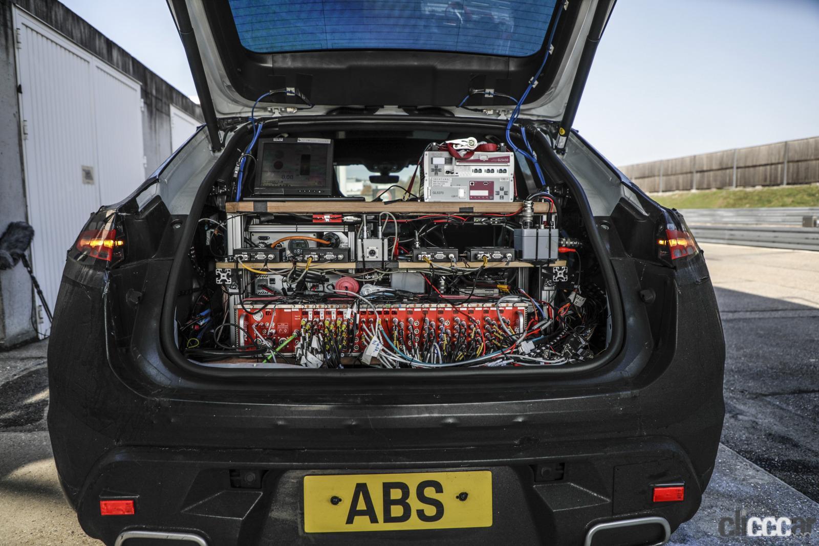 「ポルシェ・マカン次世代モデルは電気自動車とエンジン車の二本立て」の3枚目の画像