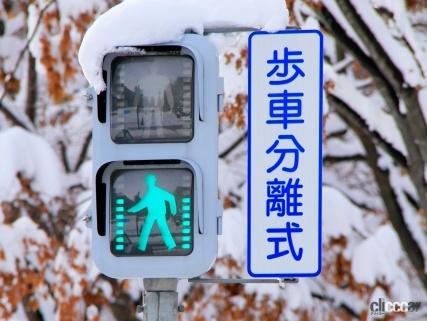 スクランブル交差点以外は歩行者用信号全青でも斜め横断禁止!自転車はどう走る?歩車分離式信号機の正しい通行ルール