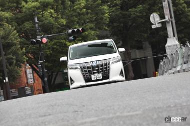 辻谷エミリ×トヨタ・アルファード