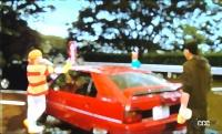 マクベスの3人が乗る赤いクルマは?