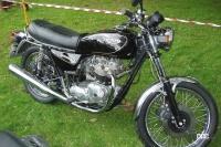 トライアンフの歩みとは?:自転車輸入から始まった世界最古といわれる英国バイクメーカー【バイク用語辞典:バイクメーカーの歴史編】 - 1985年ボンネビルT140 C)Creative Commons