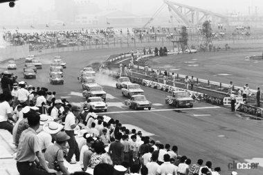 1965年7月18日第一回全日本自動車クラブ選手権スタート風景