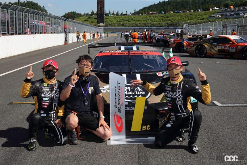 優勝したmuta Racing Lotus MCのドライバーと監督