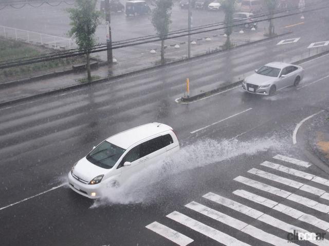 「ゲリラ豪雨(局地的大雨)でクルマが水没した損害は自動車保険・車両保険で補償されるか? 調べてみた!」の4枚目の画像