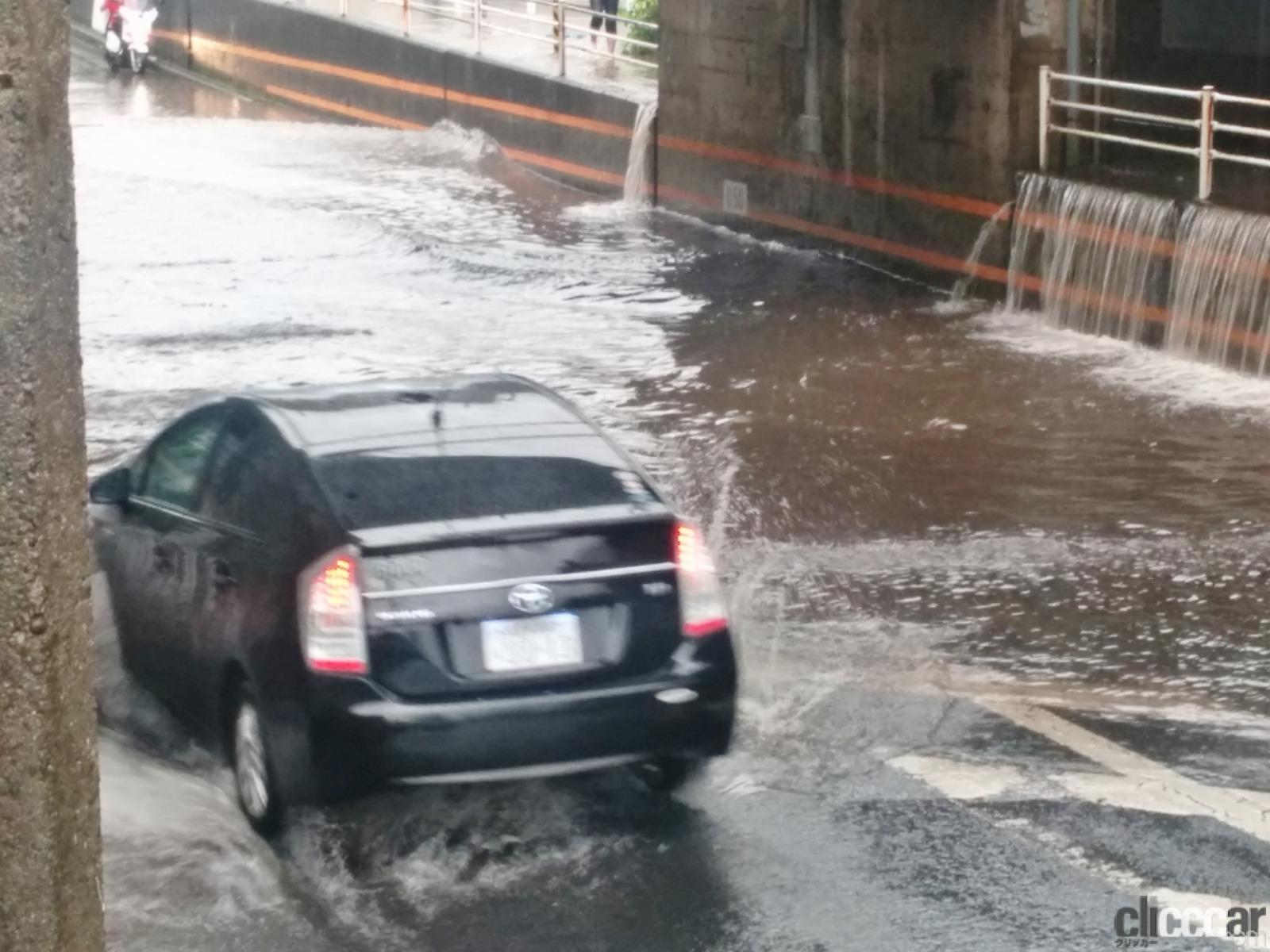 「ゲリラ豪雨(局地的大雨)でクルマが水没した損害は自動車保険・車両保険で補償されるか? 調べてみた!」の1枚目の画像