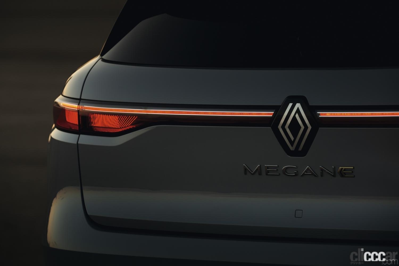 「ルノーの新型「メガーヌ E-Tech エレクトリック」の航続距離は約470km。薄型バッテリーによる理想的なドラポジと室内の広さが魅力!」の4枚目の画像