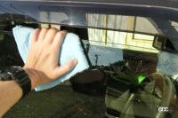wipe a glass of driver's side door 2