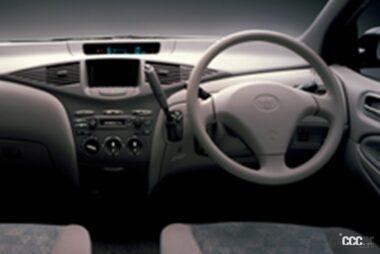 1997年発売の初代プリウスの運転席周り、大きなモニターが目を引く