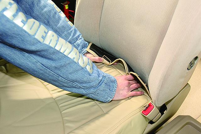 「コツを掴めばカンタン! シートカバーを装着してみよう」の8枚目の画像