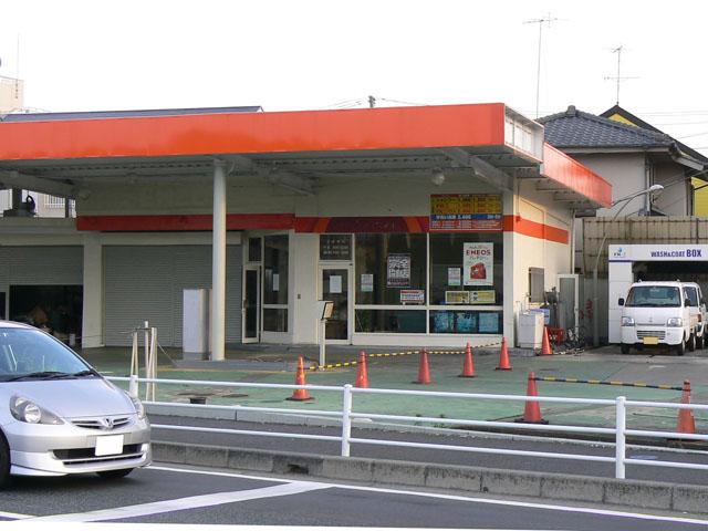 閉店のため給油機も看板も外されたガソリンスタンド